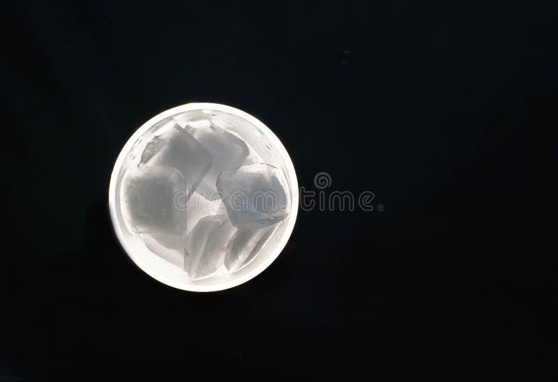 在一块玻璃的冰块在黑背景 库存图片