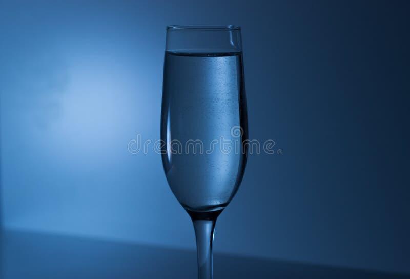 在一块玻璃的冷水香槟的 库存照片