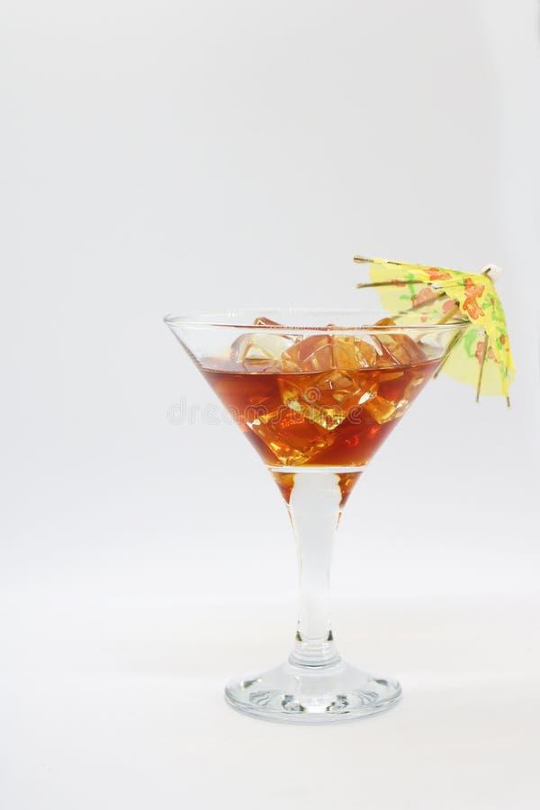 在一块玻璃的夏天鸡尾酒与冰和伞 免版税库存图片