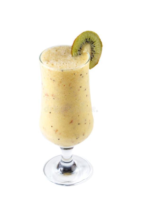 在一块玻璃的果子和牛奶圆滑的人在用在被隔绝的白色背景的猕猴桃装饰的腿 图库摄影