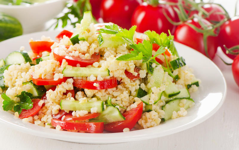在一块白色板材的健康菜沙拉 免版税库存图片