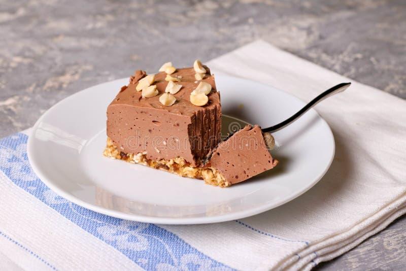 在一块白色板材的冷的巧克力乳酪蛋糕 库存照片