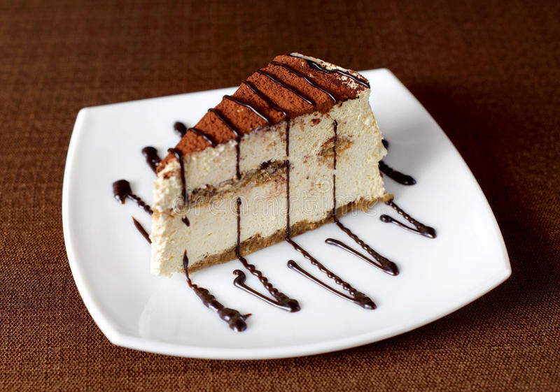 在一块白色板材的提拉米苏蛋糕 免版税库存图片