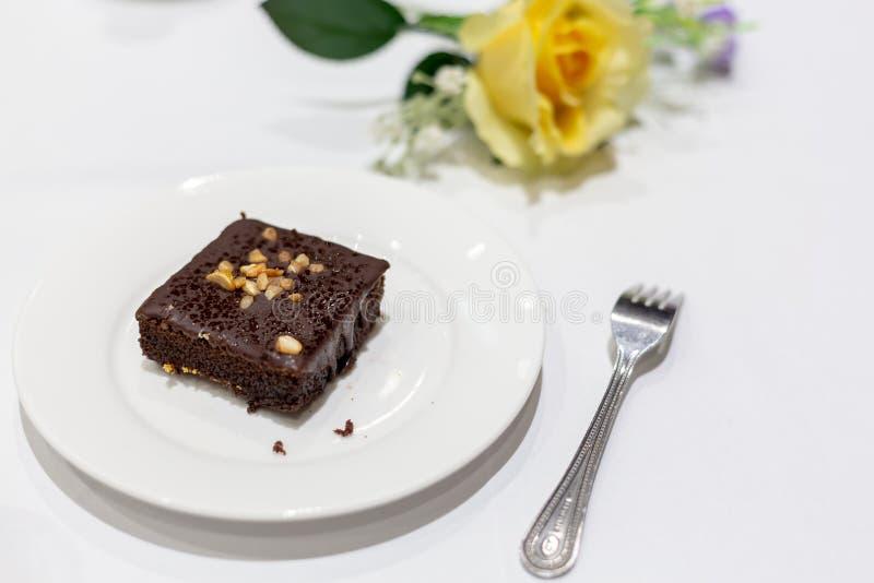 在一块白色板材的果仁巧克力 库存图片