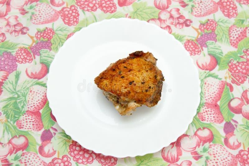 在一块白色板材的炸鸡大腿 库存照片