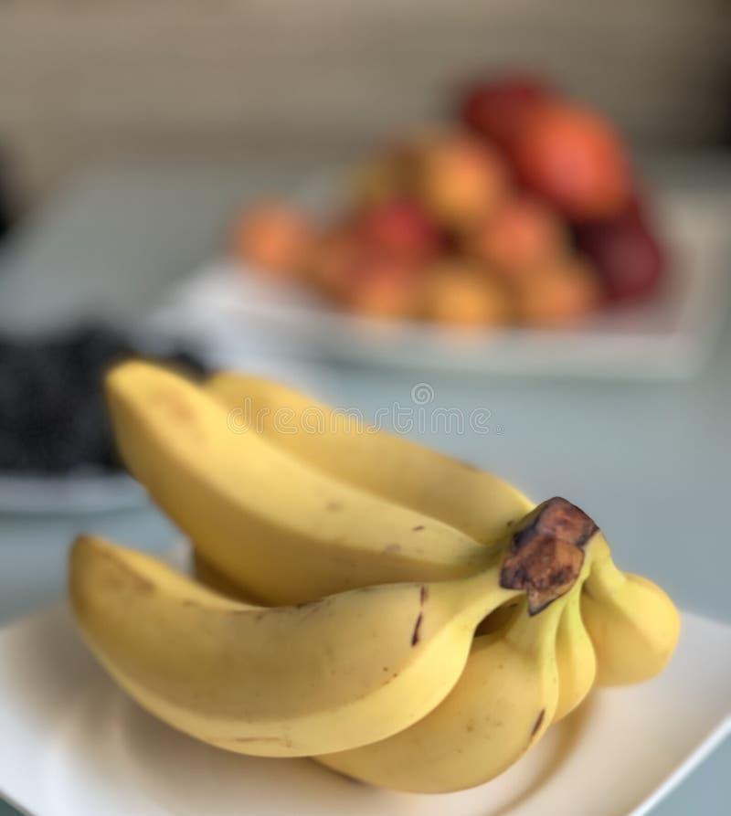 在一块白色板材的黄色香蕉 免版税库存照片