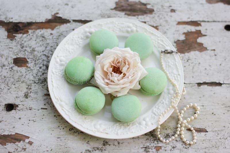 在一块白色板材的绿色蛋白杏仁饼干 免版税库存照片