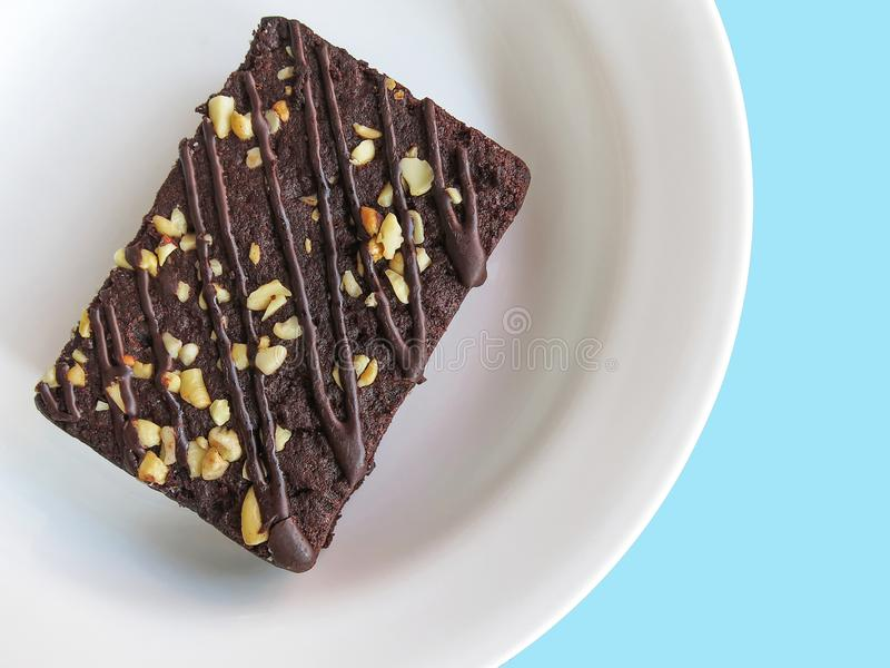 在一块白色板材,顶视图的巧克力果仁巧克力 背景看板卡祝贺邀请 库存图片
