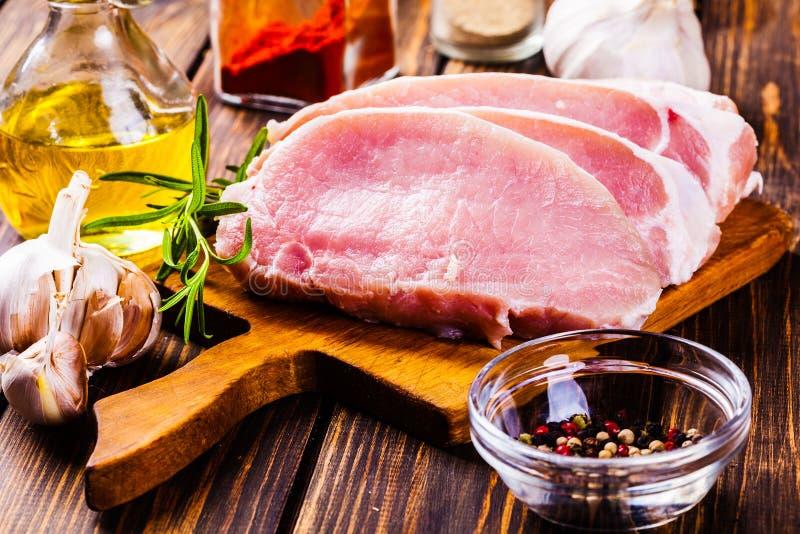 在一块砧板的未v砧板的豆豉切片.鲳鱼葱油和鲳鱼猪肉图片