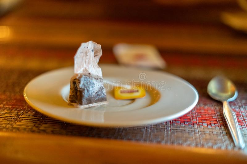 在一块空的板材的使用的茶包 饮食概念 免版税库存照片