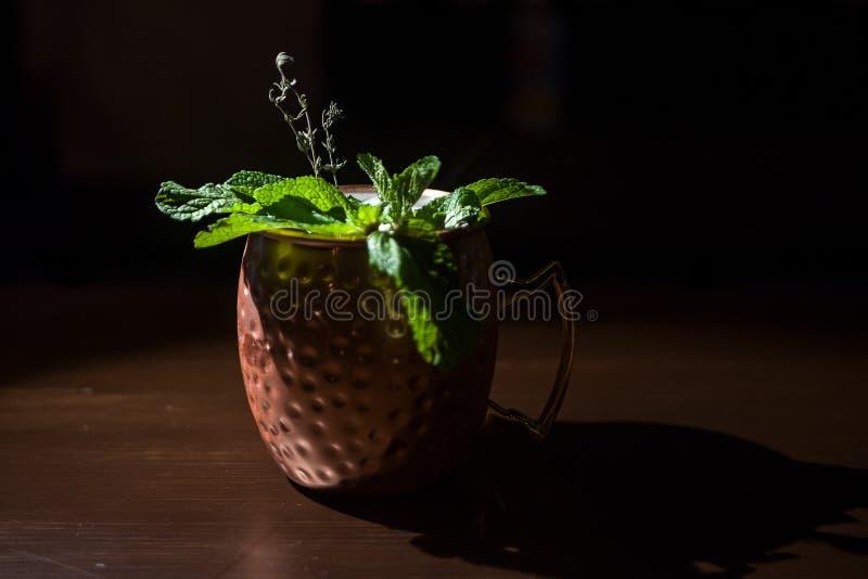 在一块美丽的玻璃的鸡尾酒在桌上 库存照片