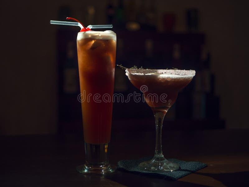 在一块美丽的玻璃的鸡尾酒在桌上 免版税图库摄影