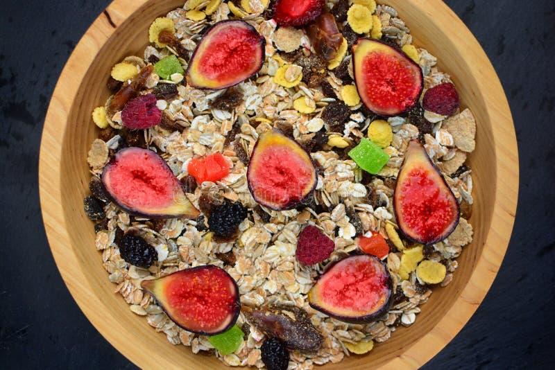 在一块自然木板材的健康有机健身食物 库存照片