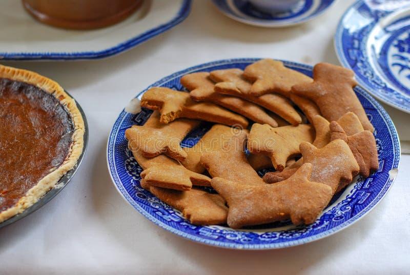 在一块蓝色古色古香的板材的可口姜饼曲奇饼 库存图片
