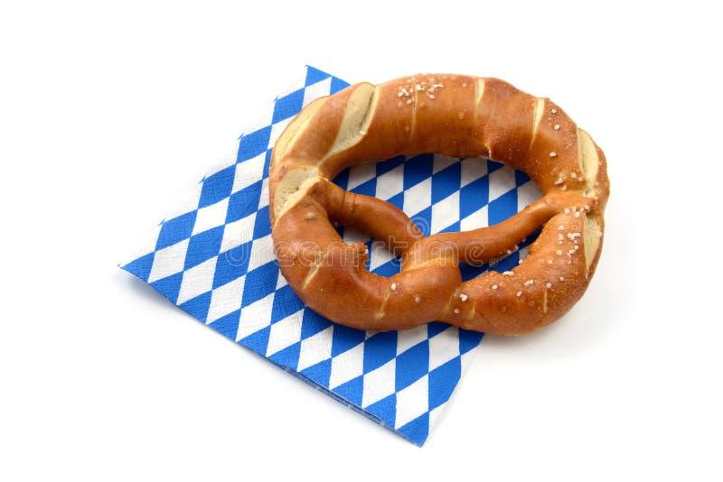 在一块蓝色白色巴法力亚餐巾的椒盐脆饼 库存图片