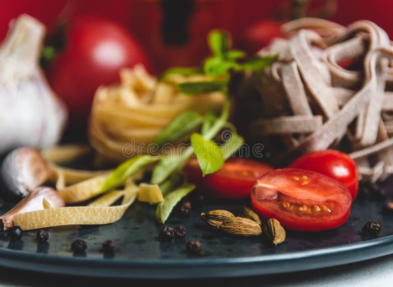 在一块陶瓷板材的意大利料理食品成分 库存图片