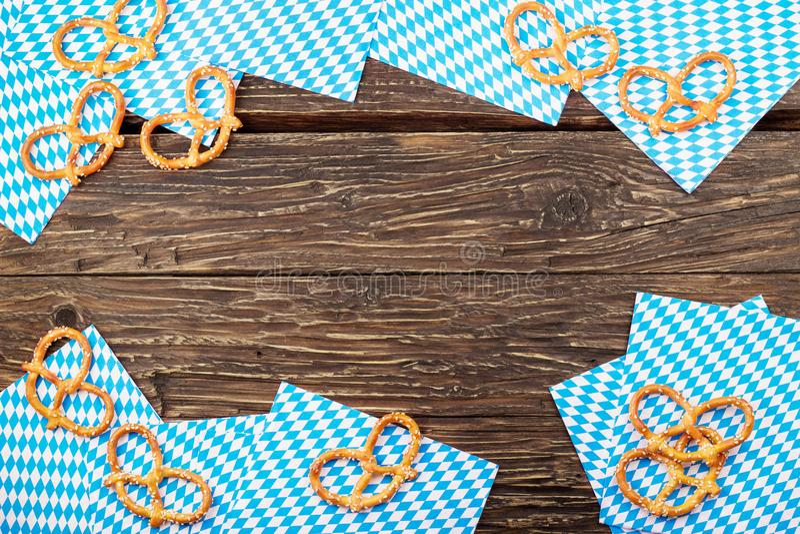 在一块餐巾的椒盐脆饼在木桌上 巴法力亚oktoberfest pretz 免版税图库摄影