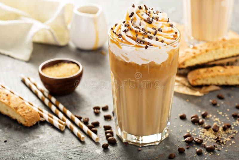 在一块高玻璃的被冰的焦糖拿铁咖啡 免版税图库摄影
