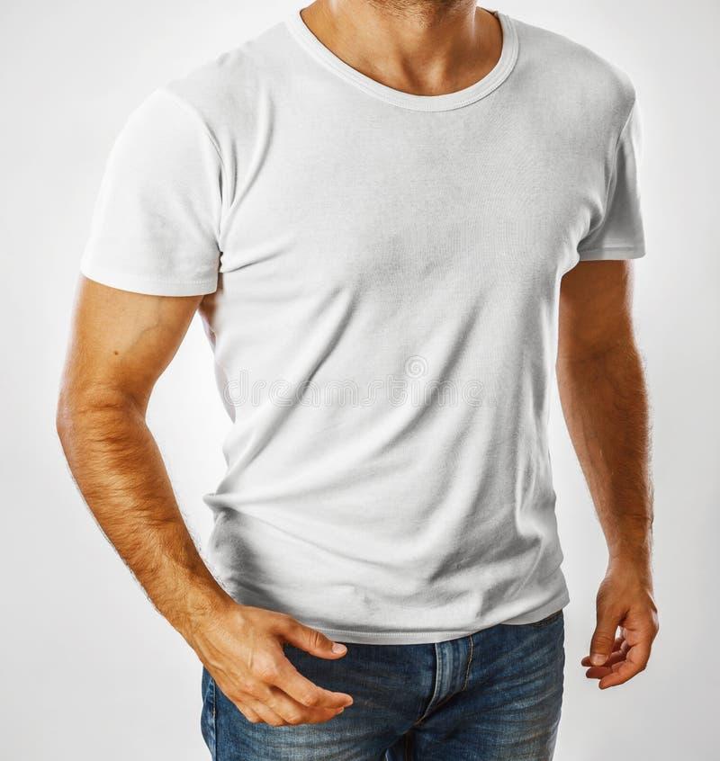 在一块年轻人模板的白色T恤杉 免版税库存照片