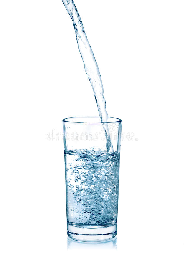 在一块玻璃的倾吐的水在白色 库存图片