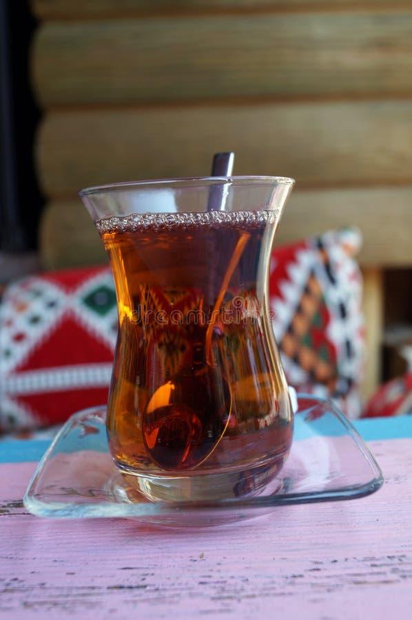 在一块玻璃的土耳其茶在背景 免版税库存照片