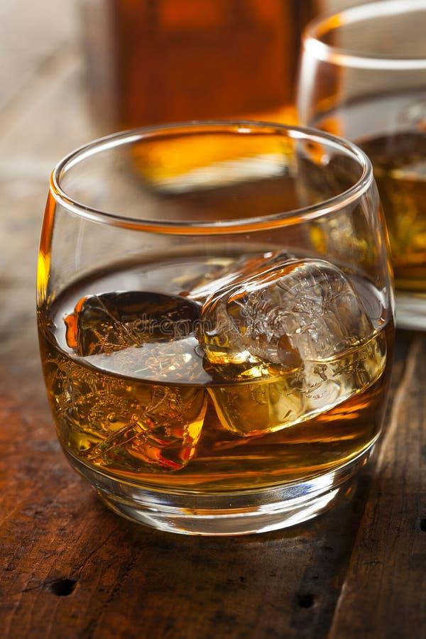 在一块玻璃的酒精威士忌酒保守主义者与冰 免版税库存图片