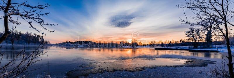在一多雪和冷的varmland,瑞典的日落 免版税库存照片