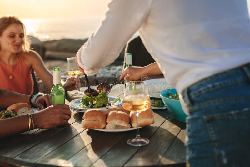 在一天出去吃快餐和饮料的朋友 免版税库存图片