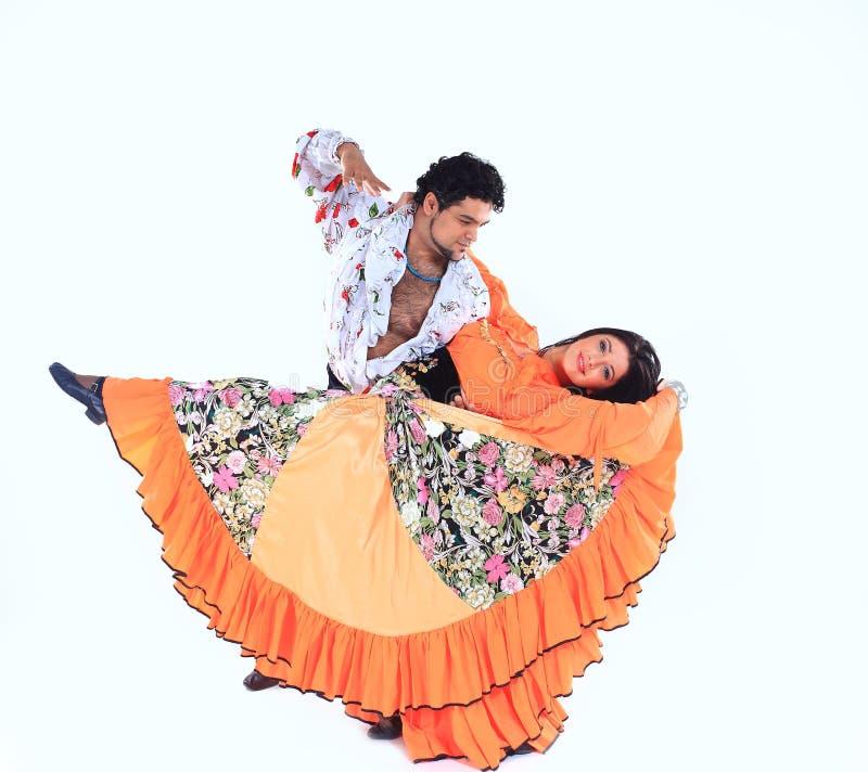 在一套吉普赛服装的专业舞蹈夫妇进行民间舞 免版税库存图片