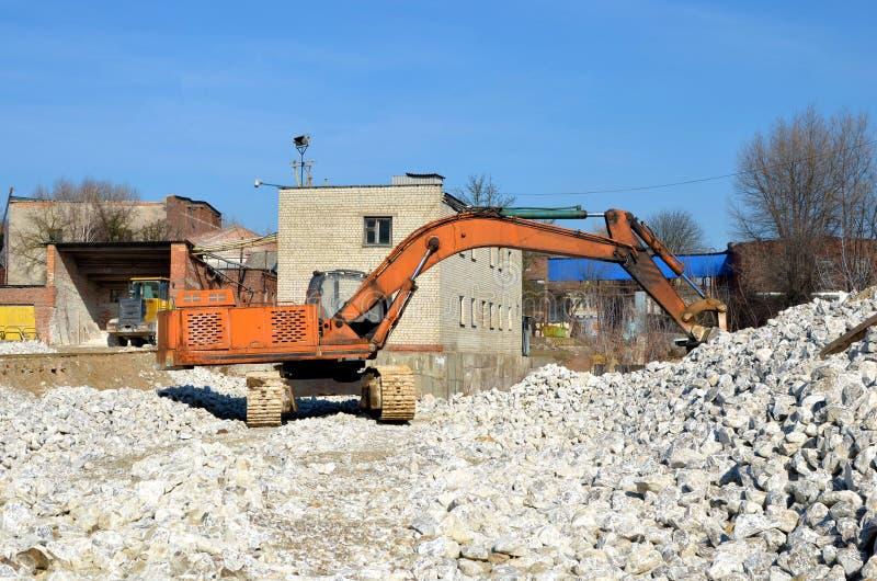 在一套工业石膏石头加工设备的建筑挖掘机 库存照片