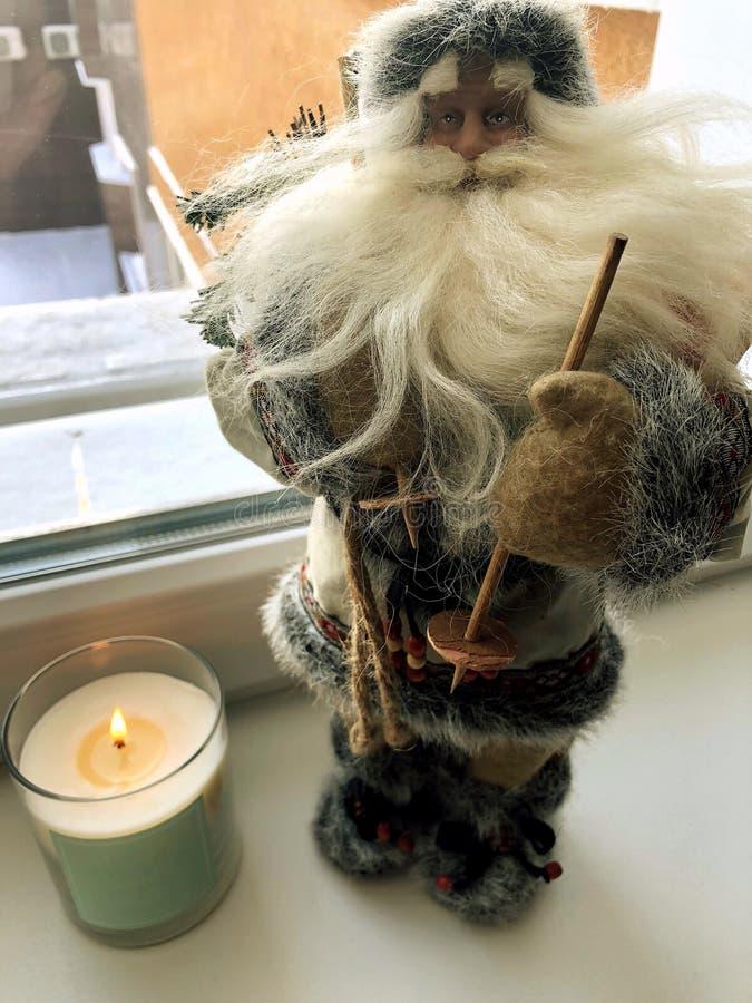 在一套棕色灰色衣服的圣诞老人项目 库存图片