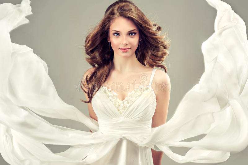 在一套白色婚礼礼服的女孩模型 库存照片