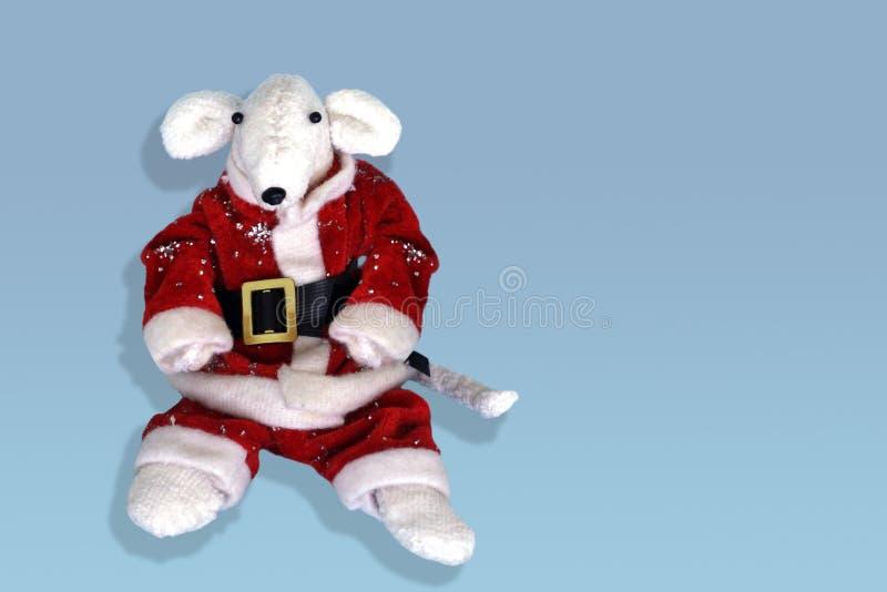 在一套红色圣诞老人项目服装的逗人喜爱的白色鼠 E 与2020年的新年2020年标志的贺卡在东部 图库摄影