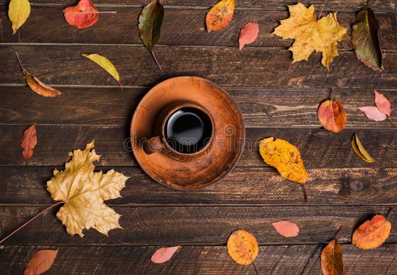在一室外café的秋天桌 秋叶和咖啡杯o 库存图片