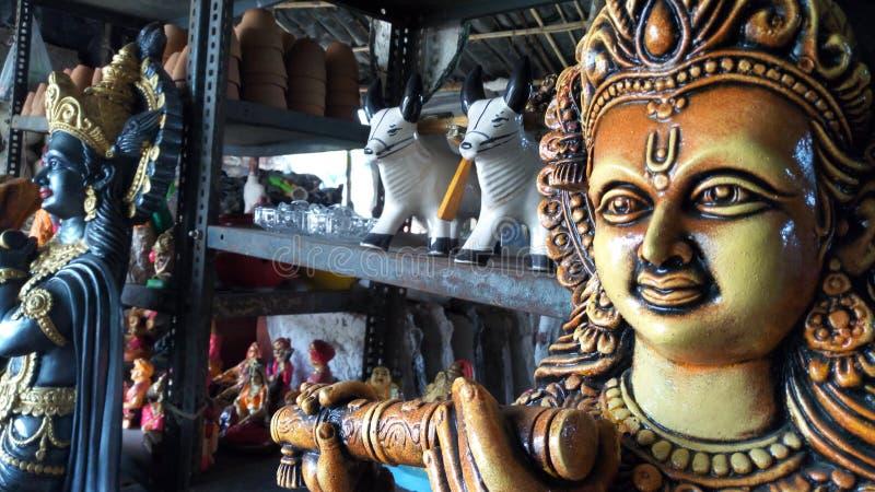 在一家商店里面的克里希纳神象在巴罗达,印度 免版税库存照片