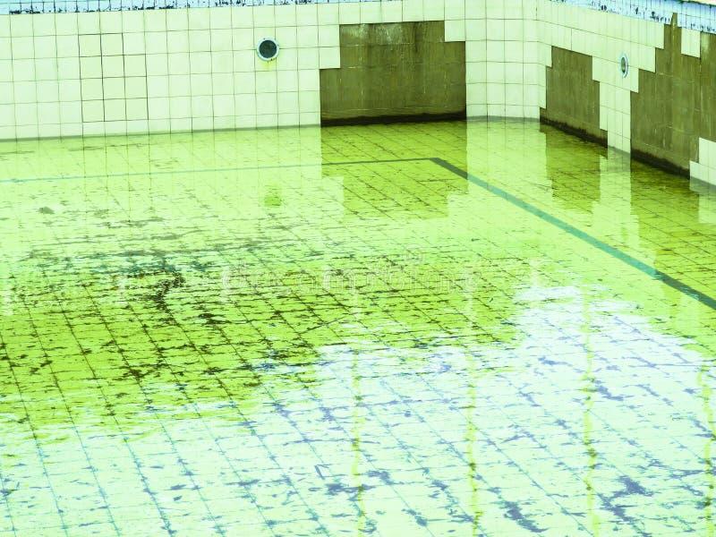 在一家好餐馆附近的愉快的哀伤的被放弃的水池 免版税库存照片