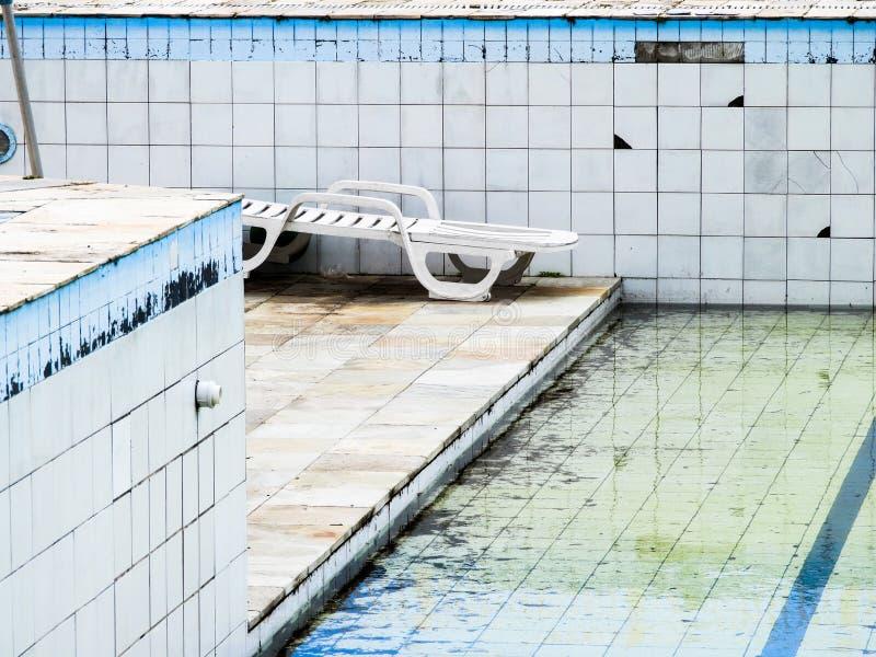 在一家好餐馆附近的愉快的哀伤的被放弃的水池 库存照片