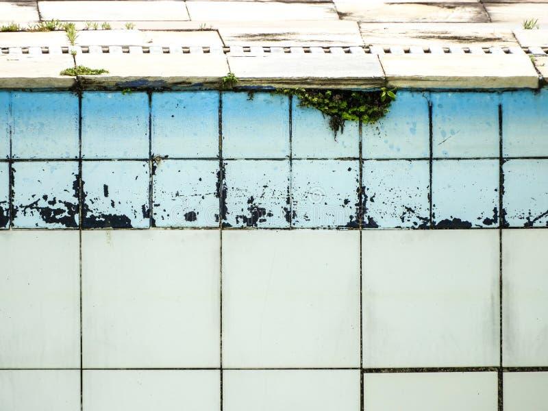 在一家好餐馆附近的愉快的哀伤的被放弃的水池 库存图片