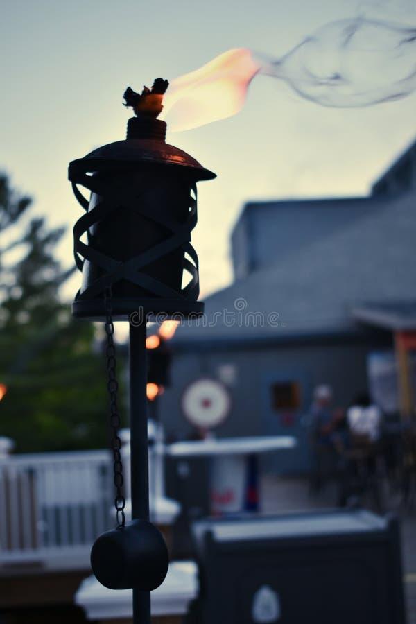 在一家室外餐馆的Tiki火炬 库存图片