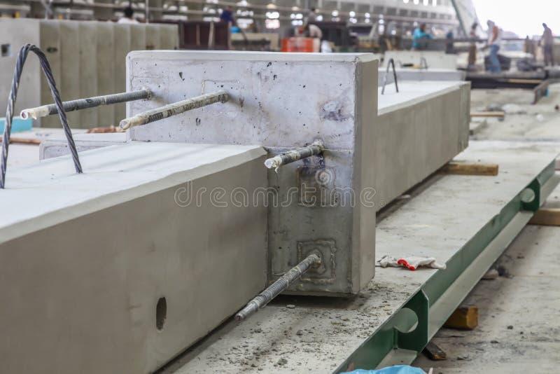 在一家预制混凝土制造工厂的预制混凝土专栏 免版税库存照片
