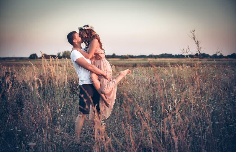 在一对年轻夫妇之间的爱 库存图片