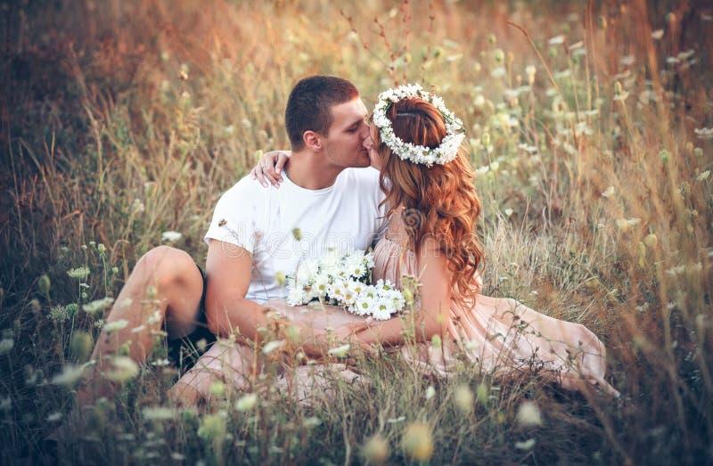 在一对年轻夫妇之间的爱 免版税图库摄影