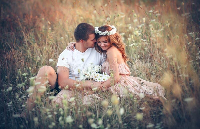 在一对年轻夫妇之间的爱 免版税库存图片