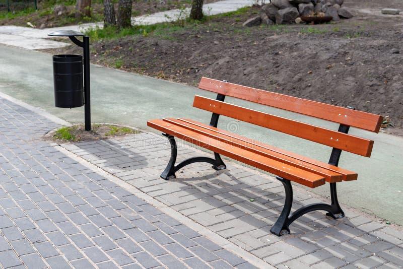 在一小城市的旅游足迹的一条新的长凳在中欧 活跃休闲的一个地方在公园 库存照片