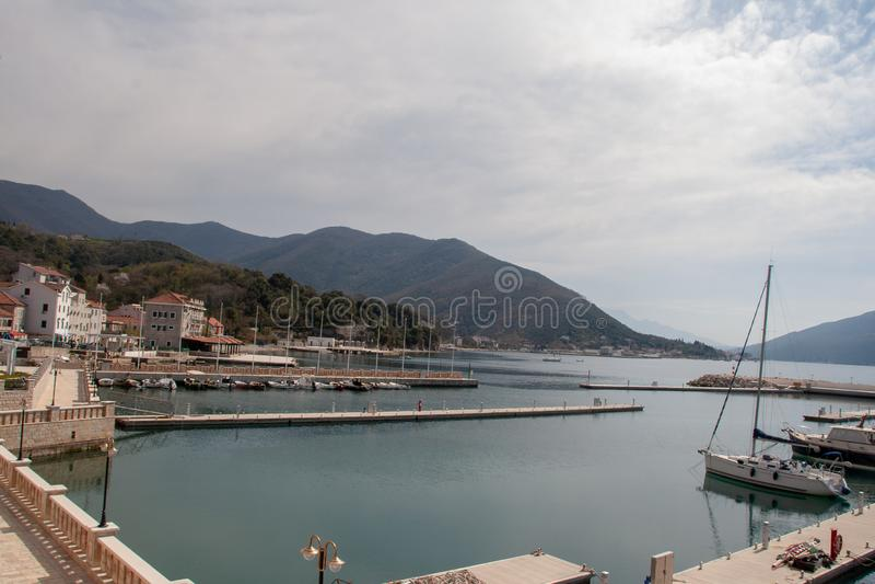 在一小城市的看法在海和山附近的黑山 免版税库存图片