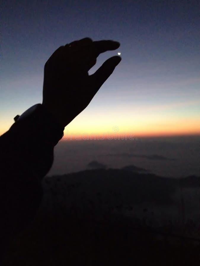 在一座冷的山的早晨日出 免版税库存照片