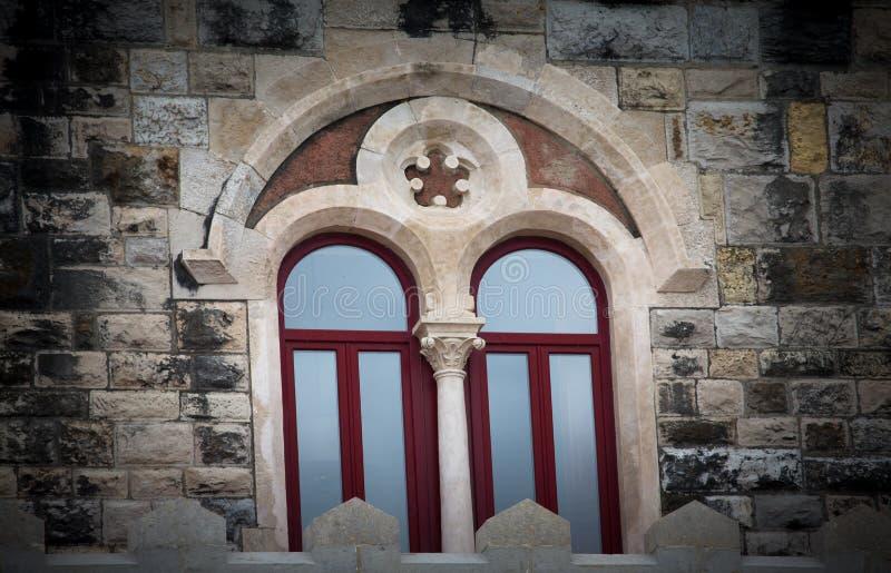 在一座古老城堡的窗口 设色 免版税库存图片
