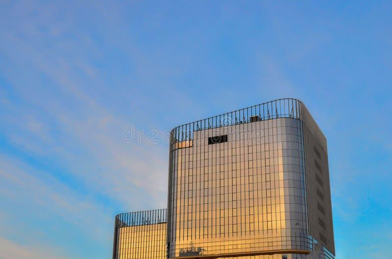 在一座多层的公寓和办公楼的玻璃窗 现代城市企业大厦摩天大楼,背景Windows, 免版税库存图片