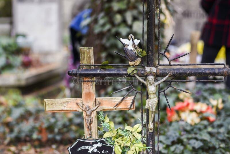 在一座宽容公墓的老木和金属十字架 库存图片