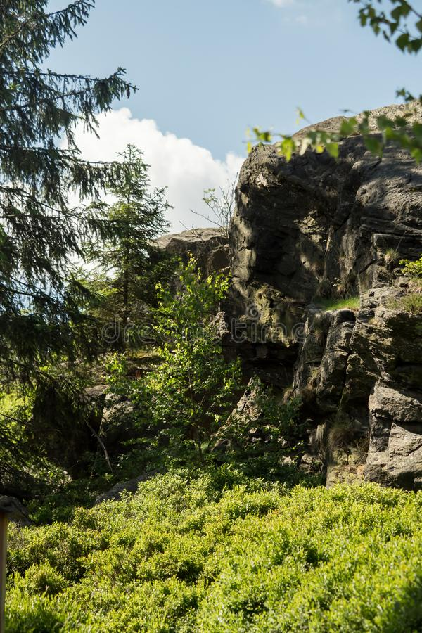在一座山的巨型岩石与蓝天 免版税库存照片